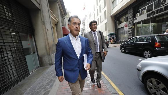 El empresario Gerardo Sepúlveda saliendo de la Fiscalía. Atrás su abogado Percy García .(GEC)
