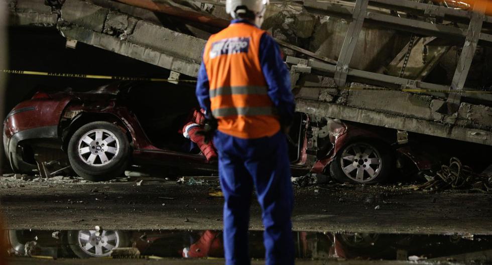 Imagen referencial. Un rescatista se para frente a un automóvil atrapado debajo de un paso elevado de un metro que colapsó parcialmente con vagones de tren en la estación de Olivos en la Ciudad de México, México, el 4 de mayo de 2021. (REUTERS/Luis Cortes).