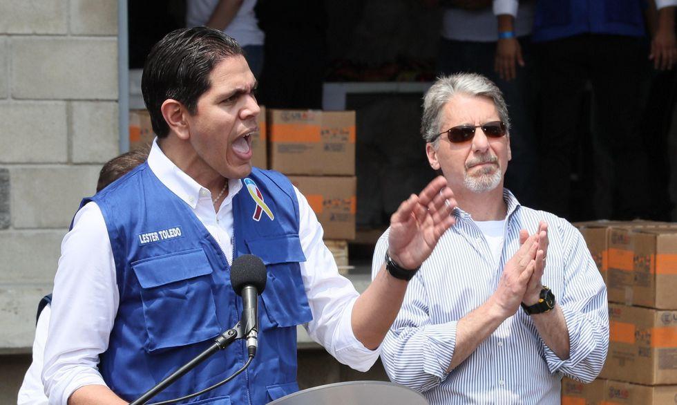 Lester Toledo, representante de la delegación dispuesta por el jefe del Parlamento venezolano, Juan Guaidó, habló junto al embajador de Estados Unidos en Colombia, Kevin Whitaker. (Foto: EFE)