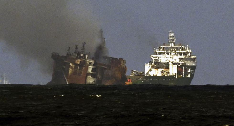 """Un remolcador (R) de la empresa holandesa SMIT remolca el buque portacontenedores """"MV X-Press Pearl"""", el 2 de junio de 2021. (ISHARA S. KODIKARA / AFP)."""