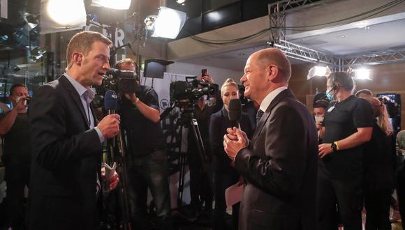El ministro de Finanzas alemán y candidato del SPD a canciller, Olaf Scholz habla con periodistas durante el evento electoral del Partido Socialdemócrata (SPD) en Berlín. (Foto: EFE / EPA / FOCKE STRANGMANN)