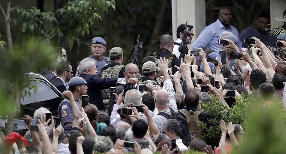 Sin poder acercarse al histórico líder izquierdista, los manifestantes aplaudieron, gritaron consignas políticas y pronunciaron una oración de forma simultánea con las personas que estaban dentro del cementerio. (Foto: EFE)