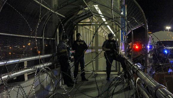 El cierre duró unas dos horas. Agentes de la CBP abrieron el puente tras cerciorarse de que los migrantes ya se habían retirado. (Foto: AFP)