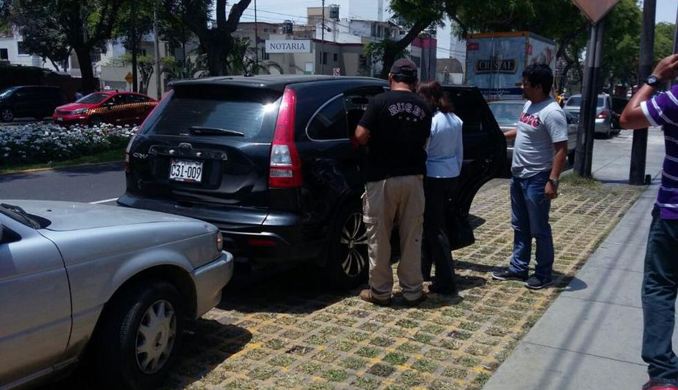 Polícia detuvo a un colombiano y una peruana durante el operativo. (PNP)