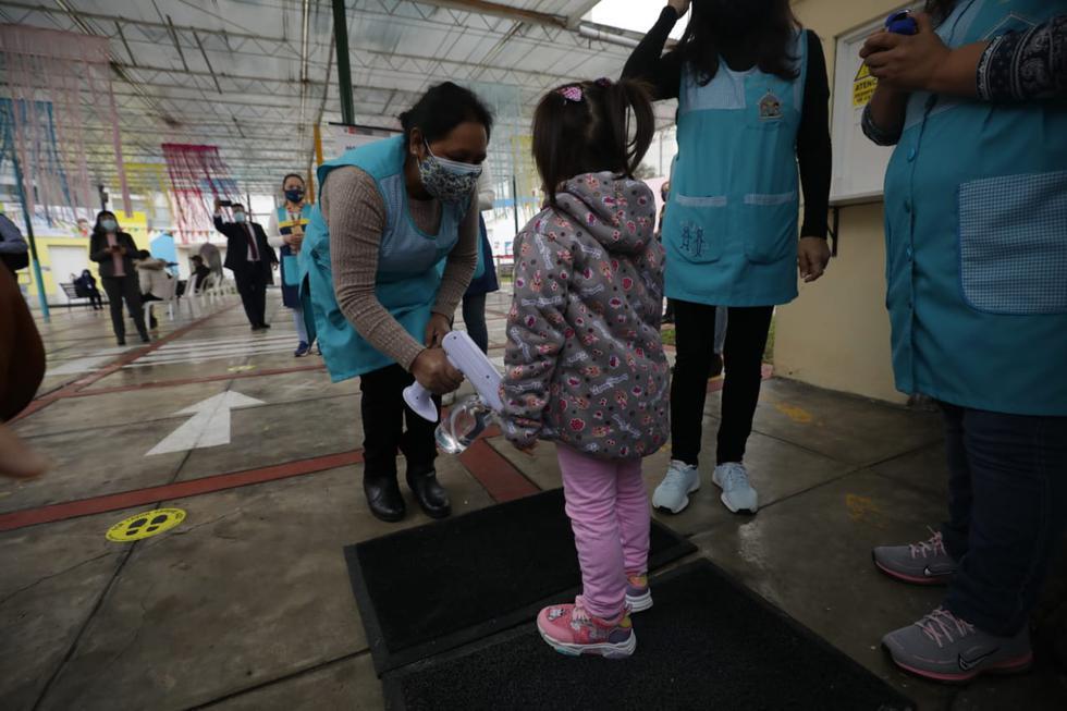 Esta mañana, comenzó la jornada semipresencial de clases de la IEI 42 Elizabeth Espejo de Marroquín, colegio ubicado en el distrito de Miraflores. La actividad fue supervisada por el ministro de Educación, Juan Cadillo. (Foto: Britanie Arroyo / @photo.gec)