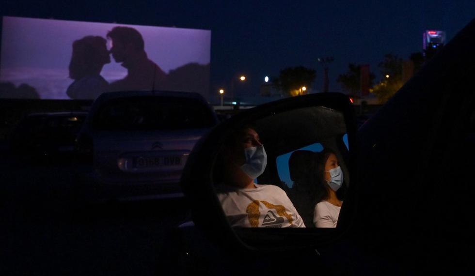 """Los asistentes al cine en sus automóviles asisten a la proyección de la película de comedia romántica musical estadounidense """"Grease"""" durante la reapertura del autocine Madrid Race Drive. (Foto: AFP/Gabriel BOUYS)"""