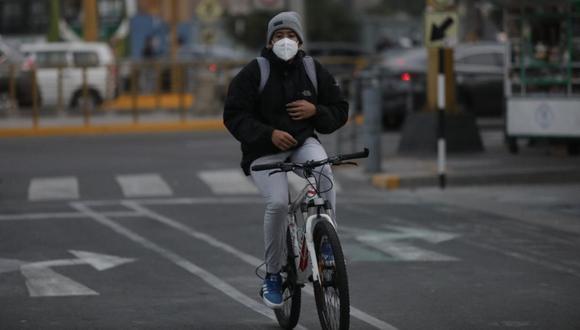 La norma exige que el conductor de bicicleta lleve ambas manos sobre el manubrio. Incumplir esta medida es considerada una infracción leve. (Anthony Niño de Guzmán / @photo.gec)