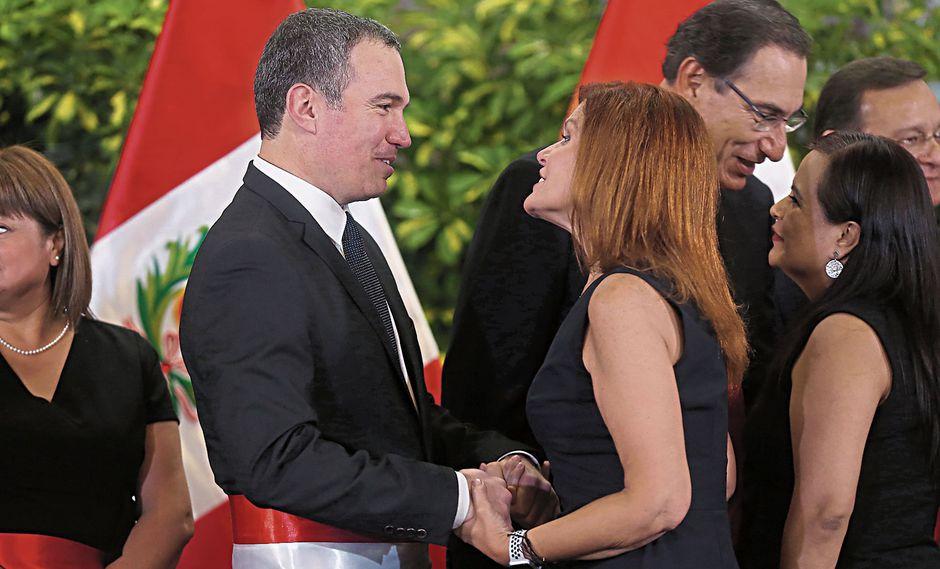 ¿DE AMIGOS A RIVALES? La vicepresidenta Aráoz saluda la asunción de Del Solar en el premierato, el 11 de marzo. Hoy están distanciados. (Alessandro Currarino)