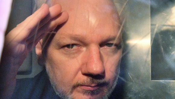 El fundador de WikiLeaks, Julian Assange, hace un gesto desde la ventana de una camioneta de la prisión mientras lo conducen fuera de Southwark Crown Court en Londres el 1 de mayo de 2019. (AFP / Daniel LEAL-OLIVAS).