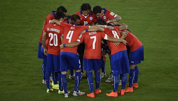 La selección chilena se da ánimos antes del inicio del partido ante Australia. (AFP)