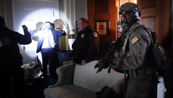 Legisladores y miembros del personal del Congreso se atrincheraron después de que los partidarios de Trump irrumpieron en el Capitolio de los Estados Unidos en Washington. (Foto: Olivier DOULIERY / AFP)