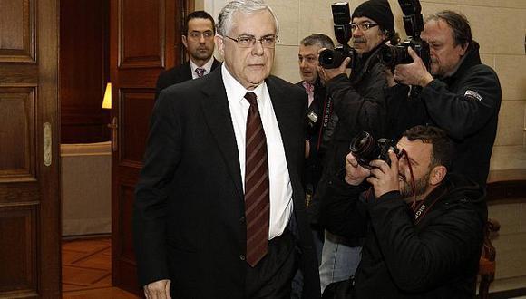 Papademos anunciará esta tarde los cambios en su gabinete. (Reuters)