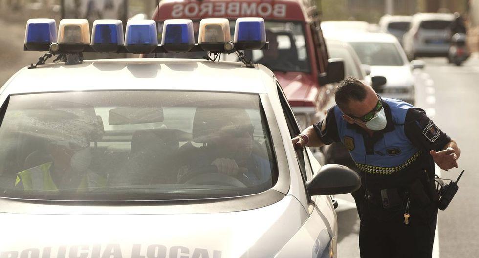 Imagen de efectivos de la policía española patrullando el frontis del hotel H10 Costa Adeje Palace en Tenerife, Islas Canarias. (AP).