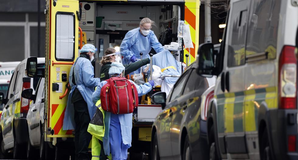 Un paciente es sacado de una ambulancia en el Royal Free Hospital de Londres. (Foto: Tolga Akmen / AFP)