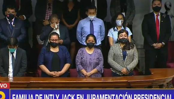 Al inicio de la ceremonia se pidió se guarde un minuto de silencio por las muertes de ambos jóvenes, lo que causó la emoción en algunos de los deudos. (Captura de pantalla/Latina)
