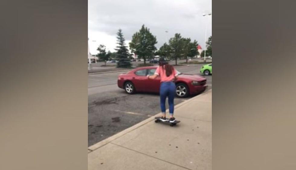 La joven estaba decidida a realizar el truco en skate. (YouTube: Caters Clips)