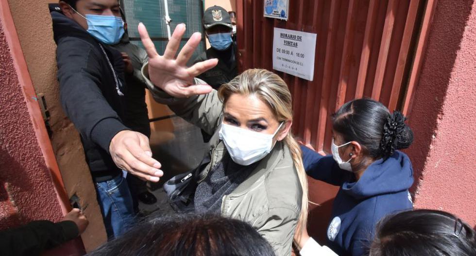 La expresidenta transitoria de Bolivia Jeanine Áñez (c) ingresa a un centro penitenciario en La Paz (Bolivia). (EFE/Stringer).