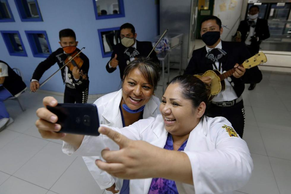 Mariachis llevaron serenata la madrugada de este domingo, para conmemorar el Día de la Madre a médicos y enfermeras de los hospitales civiles debido a la pandemia del COVID-19, en la ciudad de Guadalajara, estado de Jalisco, México. (Foto: EFE/Francisco Guasco)