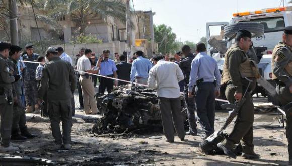 EXPLOSIÓN. La Policía inspecciona los restos de un coche bomba dejado cerca al consulado francés. (Reuters)
