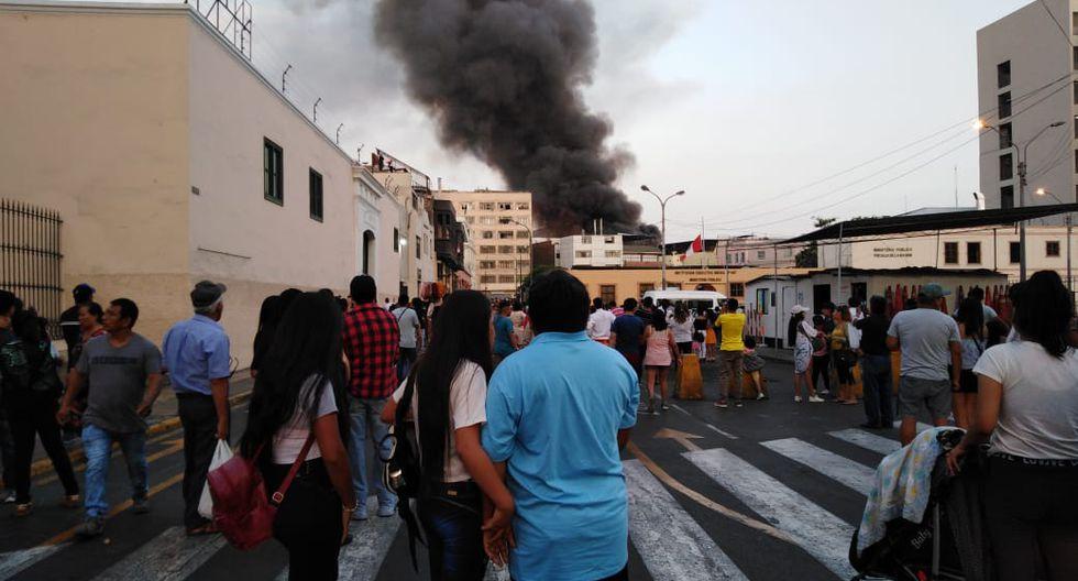 Incendio en Mesa Redonda EN VIVO: Se registran explosiones en jirón Cusco