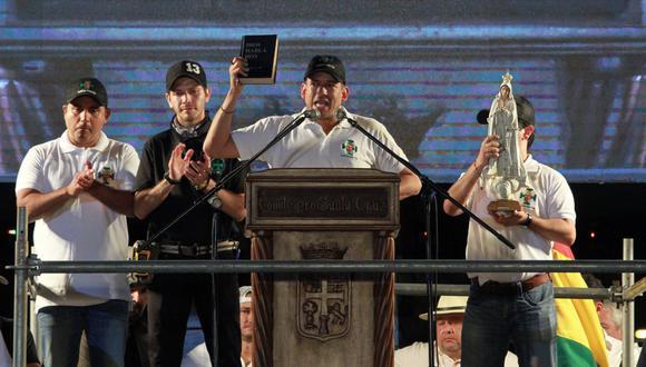Camacho (centro) insiste en que el oficialismo hizo fraude para favorecer a Morales en las elecciones del 20 de octubre. (Foto: AFP)