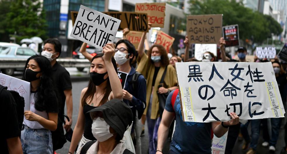 Con carteles en manos, miles de manifestantes caminaron por las calles principales de Tokio para rechazar el racismo. (AFP / CHARLY TRIBALLEAU)