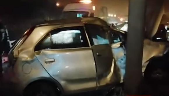 Pese a que el vehículo quedó totalmente destrozado, el conductor resultó ileso. (Foto: Captura/YouTube)