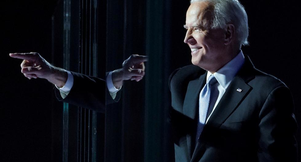 El candidato demócrata a la presidencia de Estados Unidos en 2020, Joe Biden, señala con el dedo en su mitin electoral, después de que los medios de comunicación anunciaran que Biden ganó las elecciones presidenciales estadounidenses en Wilmington, Delaware. (Foto: Kevin Lamarque / Reuters)