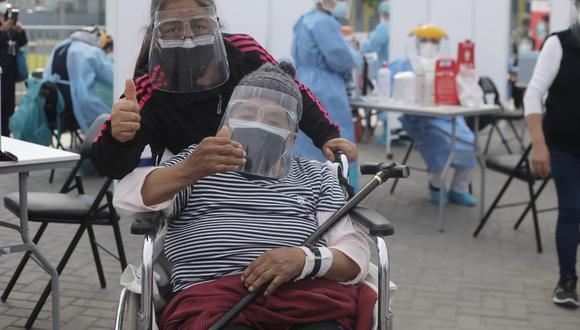 Adultos mayores de 80 años residentes de 28 distritos serán vacunados este fin de semana. Foto: Jorge Cerdán/ @photo.gec)