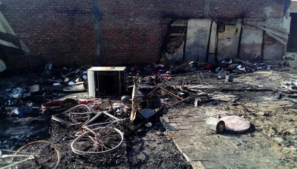 El fuego se inició en la casa de las víctimas, pero se extendió rápidamente a dos casas colindantes. (Municipalidad de Paita)