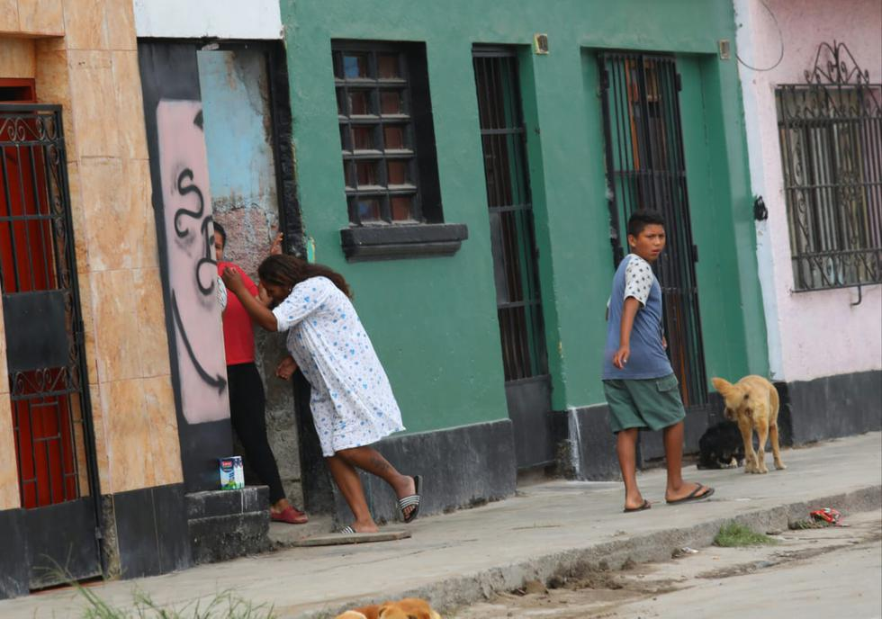 Mujer ingresa a su vivienda en el Callao al percatarse de las cámaras del GEC. (Foto: Gónzalo Córdova/GEC)