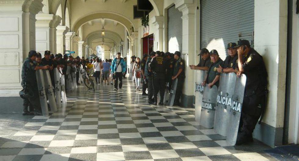 Régimen laboral juvenil: Policía se encuentra acantonada en los alrededores de la Plaza San Martín. (Chinn De La Cruz/Perú21)