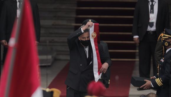 El expresidente Francisco Sagasti se retiró la banda presidencial en los exteriores del Legislativo. (Foto: Leandro Britto / @photo.gec)