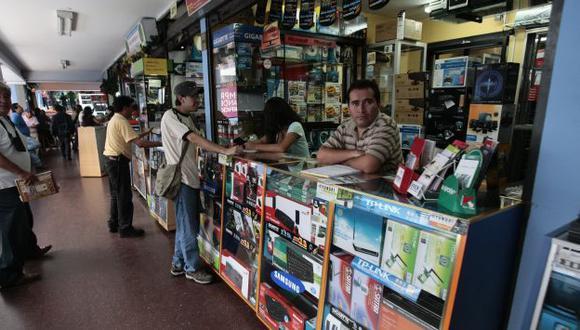 Mercado negro. Ofertan información en galerías del Cercado. (Rafael Cornejo)
