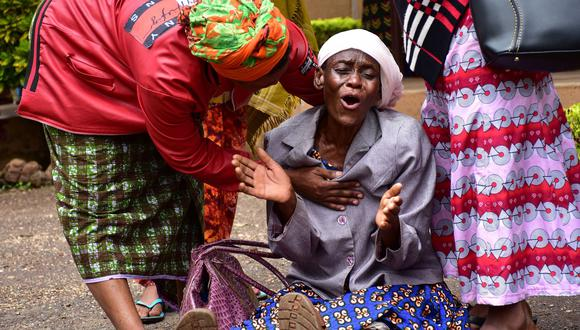 Una mujer llora la muerte de su nieta durante la estampida . (AFP / FILBERT RWEYEMAMU).