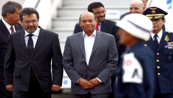 Marzouki arribó al Grupo Aéreo N°8, donde lo esperaba el premier Jiménez. (Andina)