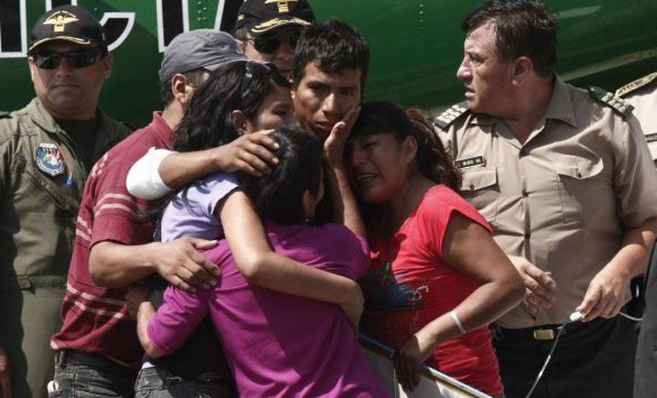 Luis Astuquillca fue recibido por su madre, abuela y hermana, además del ministro del Interior, Daniel Lozada. (César Fajardo)