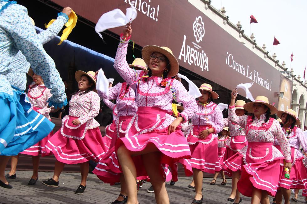 Fiesta y color en el inicio de las actividades por el aniversario de la Ciudad Blanca.