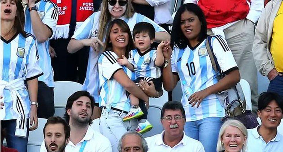Antonella Roccuzzo y Thiago, los fieles hinchas de Lionel Messi. (Perú21)