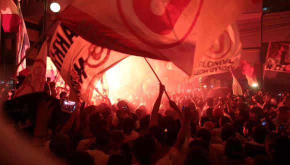 FIESTA CREMA. La hinchada se congregó en gran número en Lince para alentar a Universitario. (Martín Pauca)