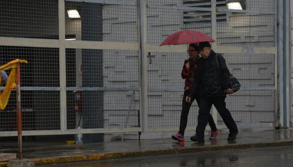 Persiste las condiciones de llovizna en Lima Metropolitana con tendencia a continuar en las siguientes horas. La temperatura actual es de 18°C con 94% de humedad relativa, señala Senamhi. (Foto: Violeta Ayasta)