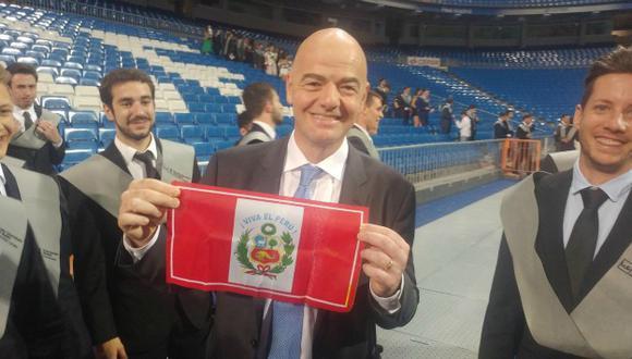 Infantino posando sonriente con la bandera 'bicolor'.(Luis Carrillo Pinto/Facebook)