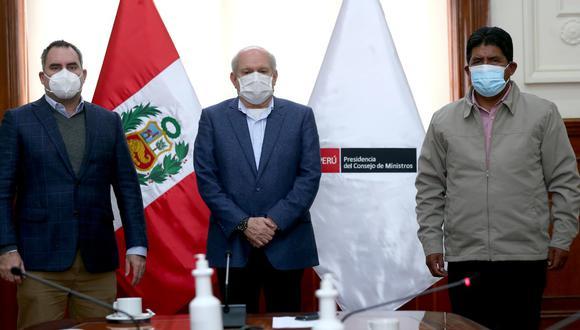 Pedro Cateriano y el titular del Minem, Rafael Belaunde, se reunieron con el alcalde de Espinar, Lolo Arenas, para abordar el conflicto ocurrido con la minera Antapaccay. (Foto: PCM)