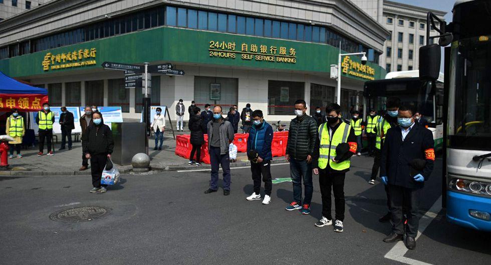 Las calles en toda China paralizaron sus labores para recordar a personal médico y pacientes muertos por el coronavirus. (Foto: AFP/Héctor Retamal)