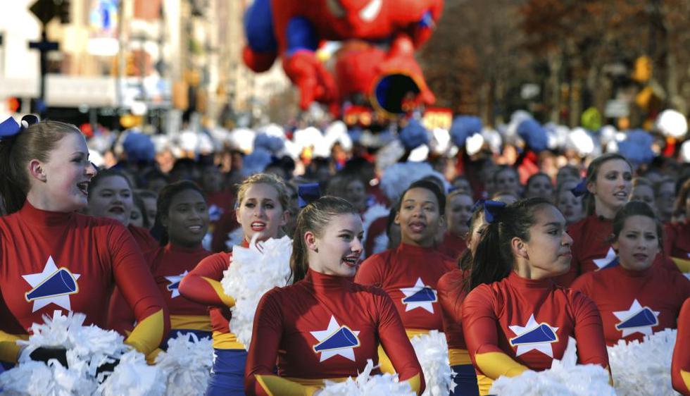 Un equipo de animadoras participa en el 87º desfile anual de Macys para Thanksgiving en Nueva York. (EFE)
