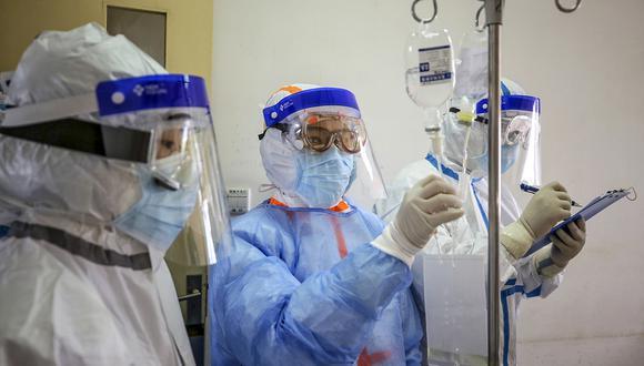 Un miembro del personal médico revisa el medicamento utilizado en un paciente infectado por el coronavirus COVID-19 en el hospital de la Cruz Roja en Wuhan. (Foto: AFP)