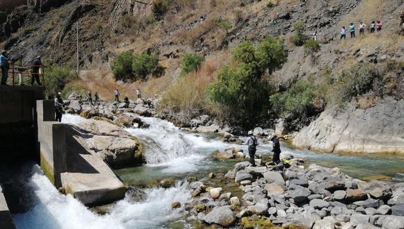 Cadáver de joven estaba atrapado entre dos rocas. La Policía trabajó varias horas para ubicar y rescatar el cuerpo sin vida. (PNP)