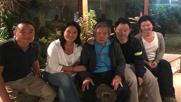 Keiko Fujimori junto a su padre, Kenji y los demás integrantes de su familia. (Foto: Twitter)