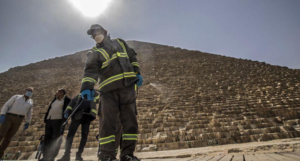 El fumigado se hizo en los accesos a las pirámides, las taquillas, los arcos de seguridad y los caminos que circundan las tres construcciones colosales y la esfinge, que desde hace varios días prácticamente no han recibido visitas. (AFP).