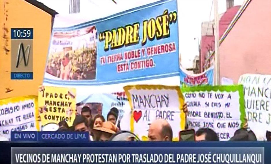 Los manifestantes portando carteles llegaron hasta la sede del Arzobispado, ubicado en el jirón Chancay en Lima,para pedir al arzobispo de Lima, Carlos Castillo, que desista de su decisión. (Captura: Canal N)